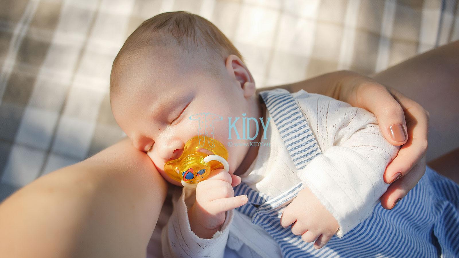 Pirmieji naujagimio drabužėliai – kaip rengti kūdikį vasarą?